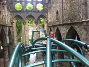 ...avant de s'inspirer de l'ambiance grandiose de Villers-la-Ville, la structure posée au centre d'une abbaye du XIII ème siècle, on a vibré!